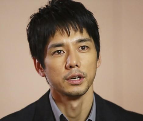 凛々しい顔立ちの西島秀俊さん